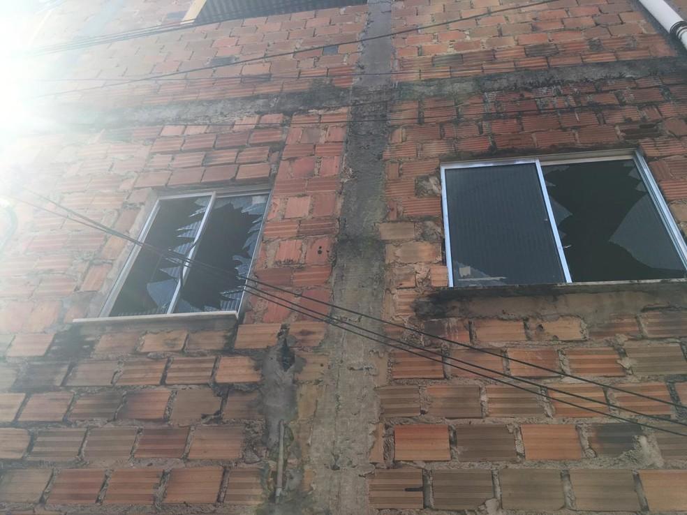 O vidro das janelas da casa vizinha ficou quebrado — Foto: João Souza/G1 BA