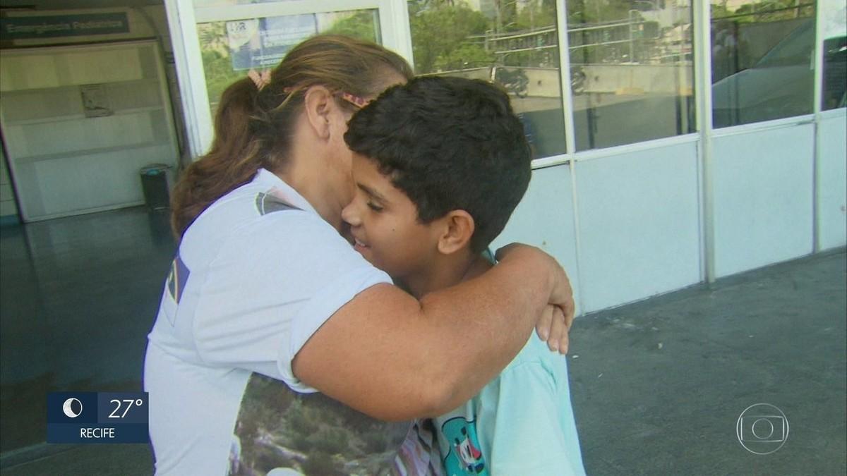 Sob emoção, criança que teve o coração atravessado por espeto de churrasco deixa hospital no Recife