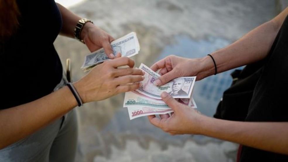 Com a unificação monetária, o peso cubano passa a ser a moeda da ilha. Vinte e quatro pesos cubanos equivalem a um dólar americano. — Foto:  Getty Images via BBC