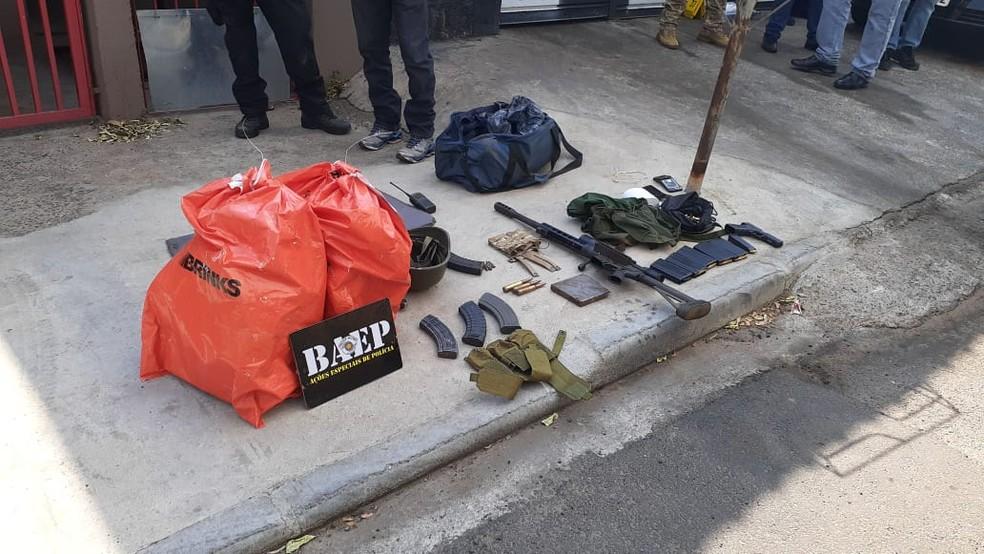 Malotes de dinheiro e armas apreendidas pela PM em um caminhão de lixo utilizado pelos criminosos que assaltaram Viracopos — Foto: Polícia Militar/Baep/Divulgação
