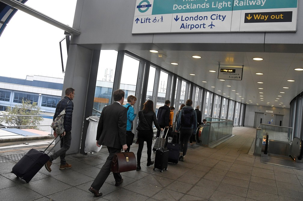 Passageiros a caminho do aeroporto de London City (Foto: Toby Melville/Reuters)