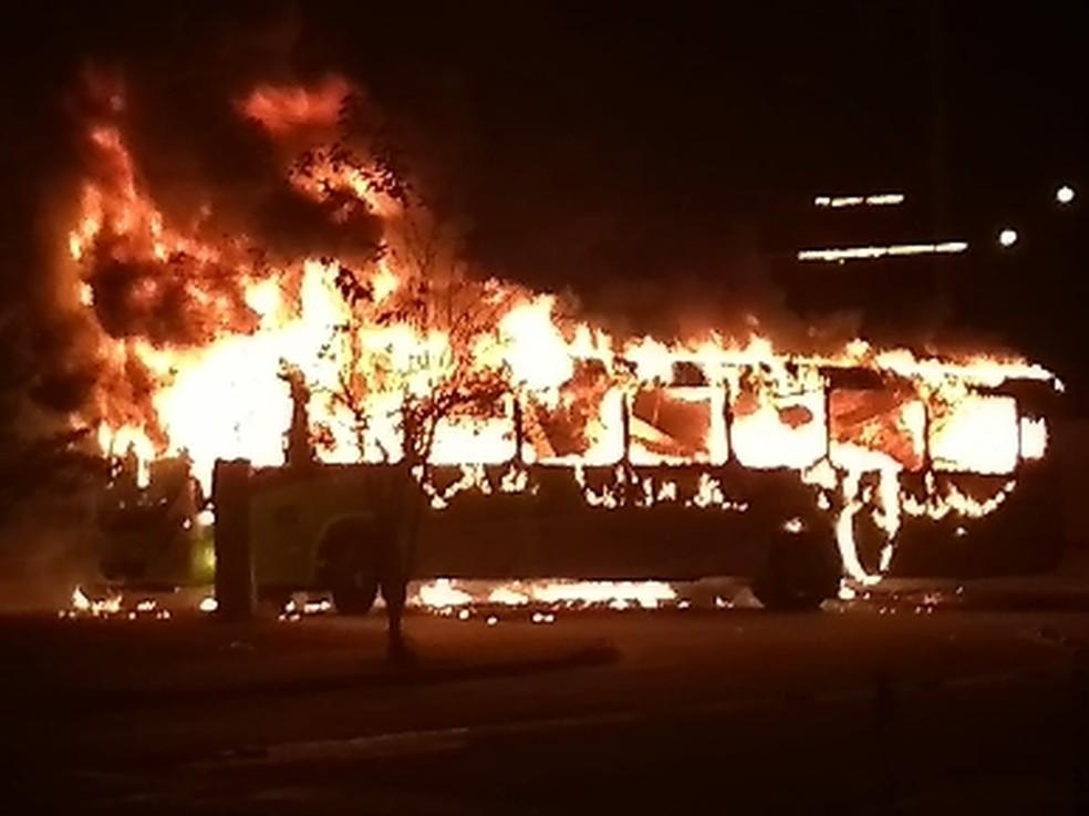 Ônibus é incendiado por vândalos na zona sul de São José dos Campos (Foto: Maria Vitória/ Vanguarda Repórter)