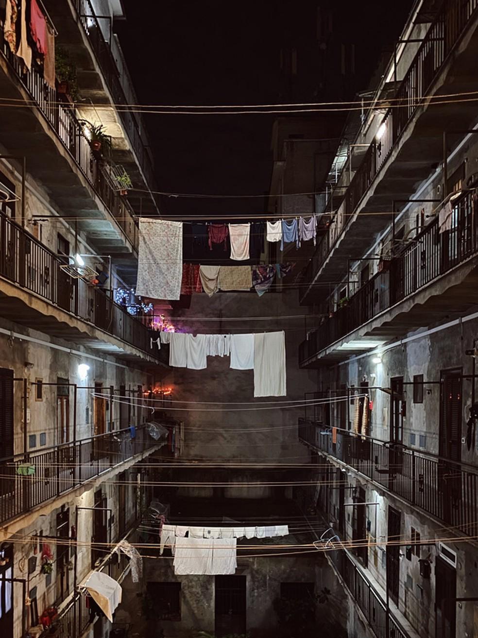 O fotógrafo utilizou a técnica da simetria para capturar um ambiente densamente povoado — Foto: Reprodução/Instagram/@houdini_logic