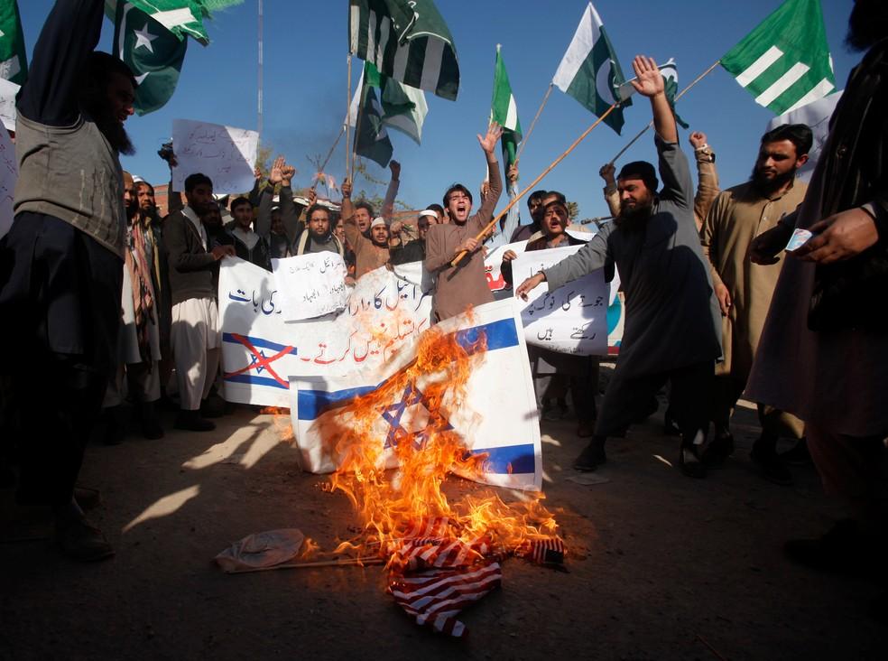 Manifestantes muçulmanos queima bandeira de Israel  em Peshawar, no Paquistão, após Donald Trump anunciar transferência de embaixada dos EUA para Jerusalém (Foto: Fayaz Aziz/Reuters)
