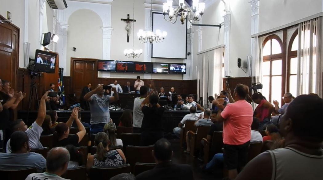 Câmara de São Carlos altera lei que proibia transporte de adolescentes em vans escolares - Notícias - Plantão Diário