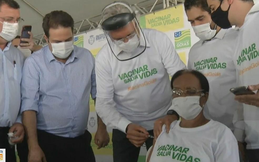 Governador Ronaldo Caiado aplica dose da vacina contra a Covid-19 na primeira goiana imunizada em Goiás — Foto: Reprodução/TV Anhanguera