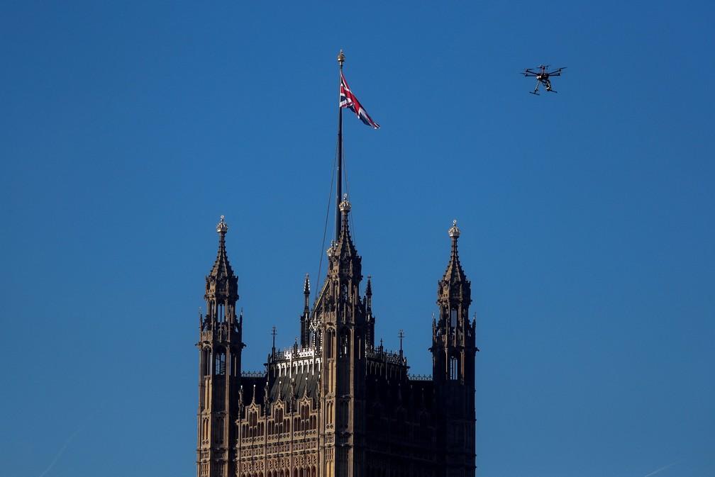 Um drone da polícia sobrevoa a região do parlamento britânico em Londres, na Inglaterra — Foto: Simon Dawson/Reuters