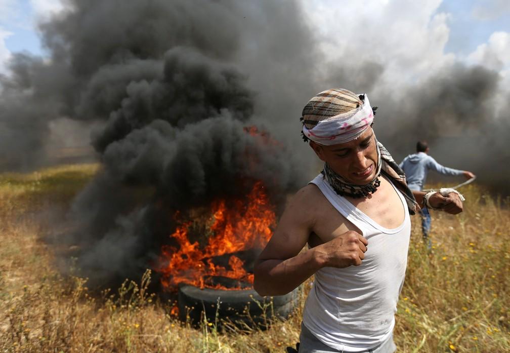 Homem palestino corre durante confronto na Faixa de Gaza (Foto: Ibraheem Abu Mustafa/Reuters)