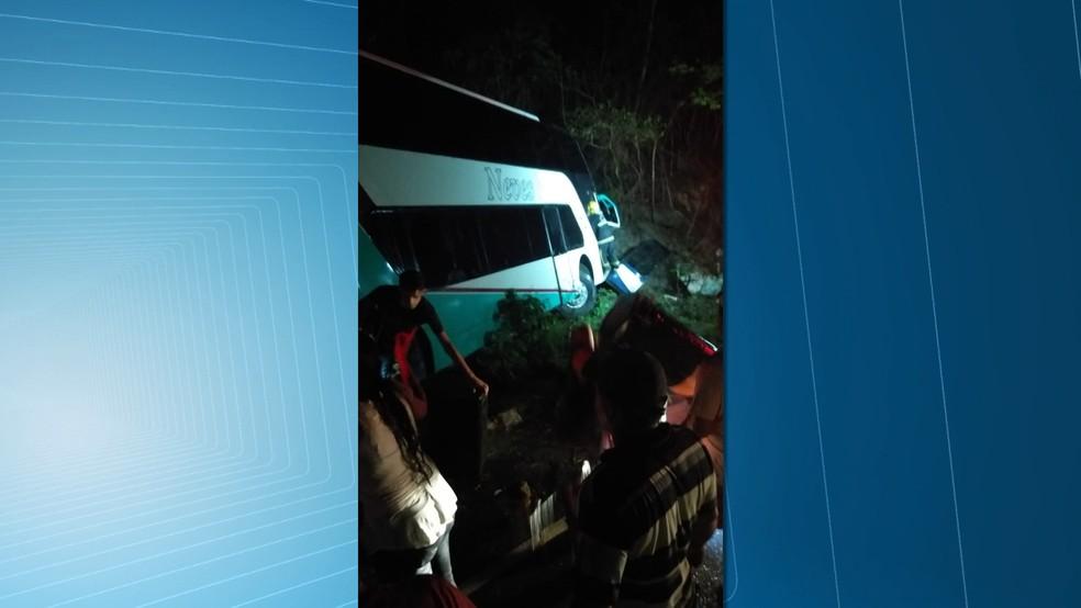 Caminhão que tombou levava jovens para evento religioso — Foto: TV Paraíba/Reprodução