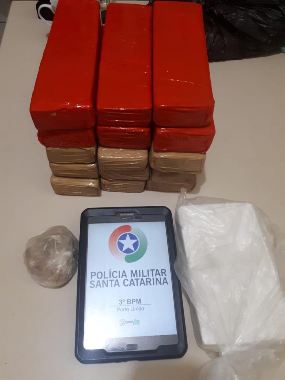 Maconha, cocaína e crack são encontrados em segunda abordagem nas primeiras horas desta quinta-feira (27) — Foto: Polícia Militar/Divulgação