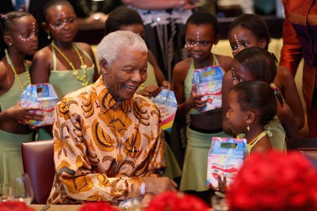 Nelson Mandela recebe crianças em almoço beneficente da Mandela Children's Foundation na Cidade do Cabo (Foto: Getty Images)