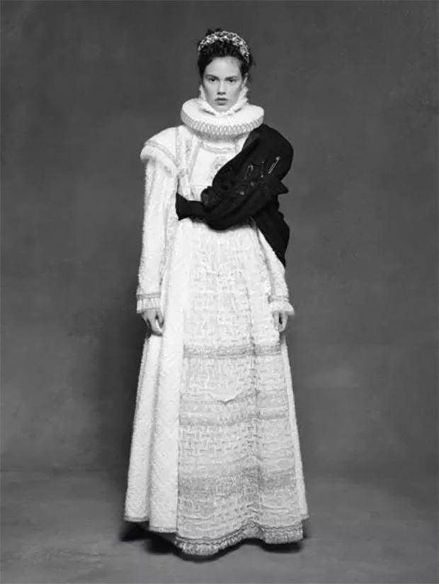 Laura Neiva fotografada por Karl Lagerfeld para a exposição Little Black Jacket (Foto: Reprodução)