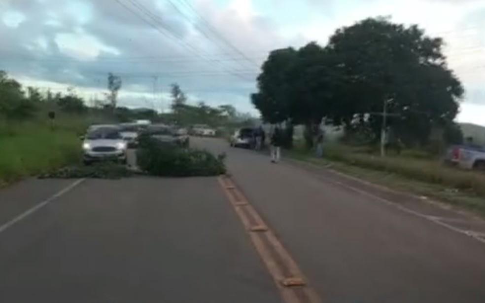 Funcionários de empresa que presta serviço na Refinaria Landulpho Alves protestam em Candeias — Foto: Reprodução/TV Bahia