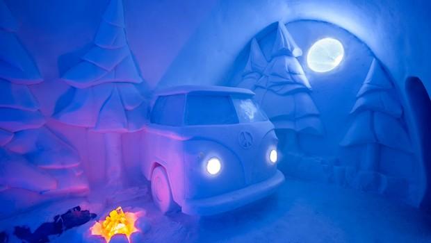 Hotel conta até com réplica de carro feita com gelo e neve (Foto: Divulgação)