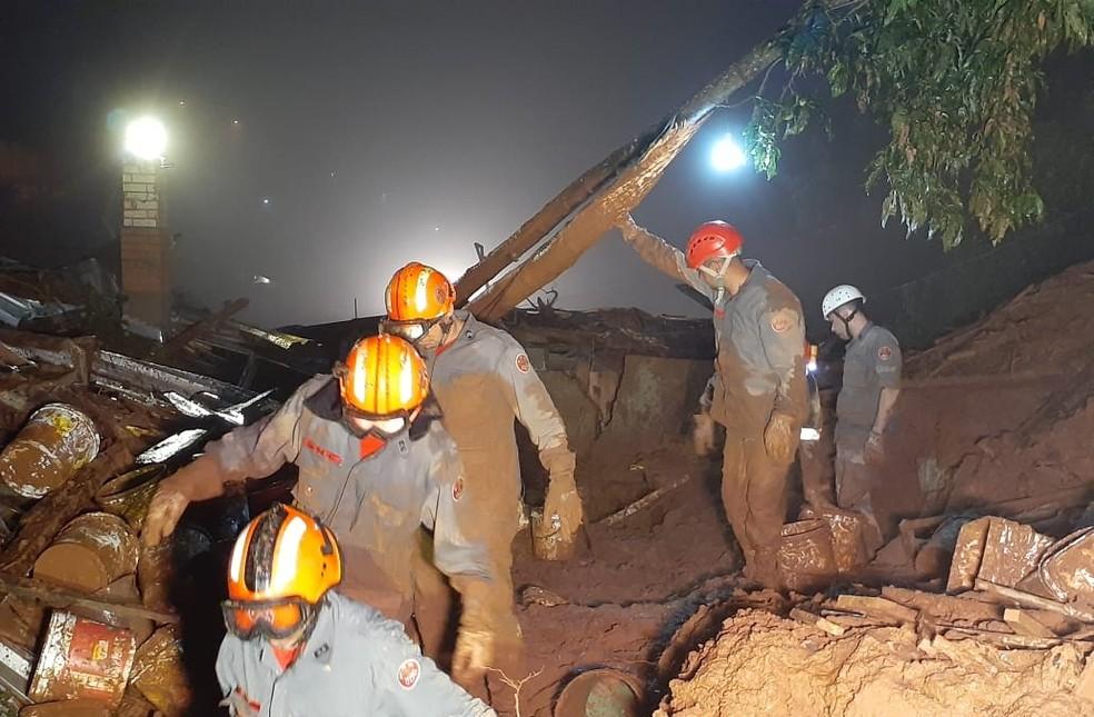 mais de 30 homens trabalharam durante a madrugada em busca de desaparecidos — Foto: Divulgação/Corpo de Bombeiros