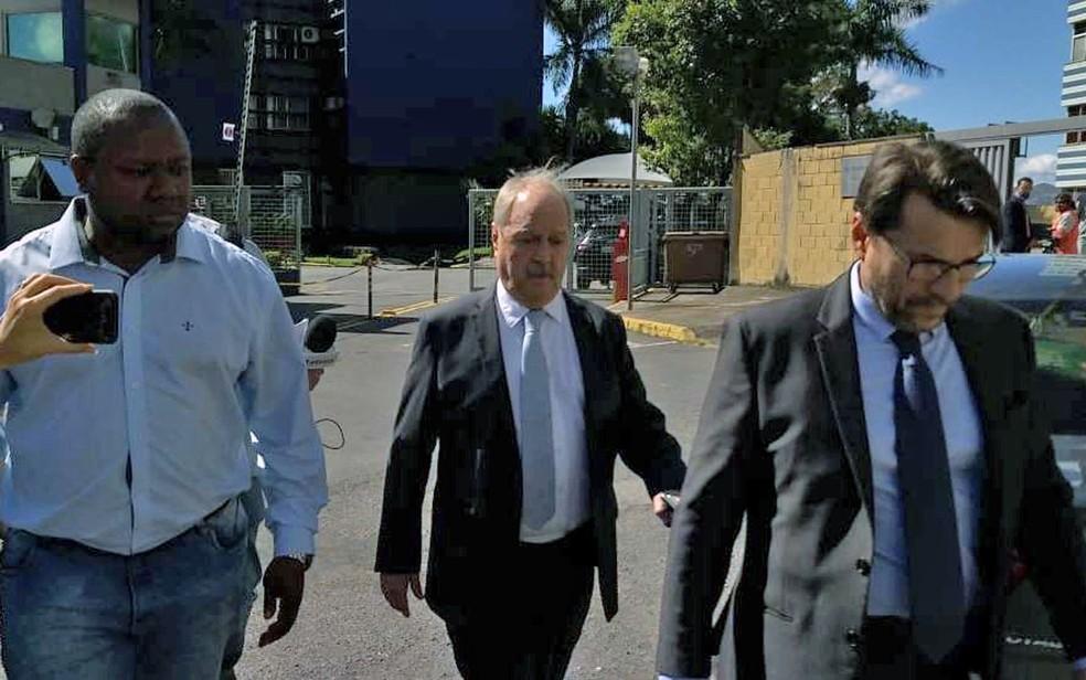 Presidente do Cruzeiro, Wagner Pires de Sá (centro), antes de prestar depoimento à Polícia Federal em Belo Horizonte em junho — Foto: Alex Araújo/G1