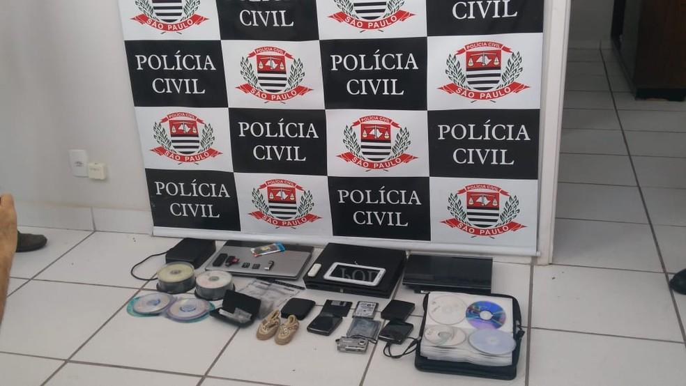 Materiais apreendidos em Marília (SP) durante a operação de combate à pedofilia  (Foto: Juliana Pineda/TV TEM)