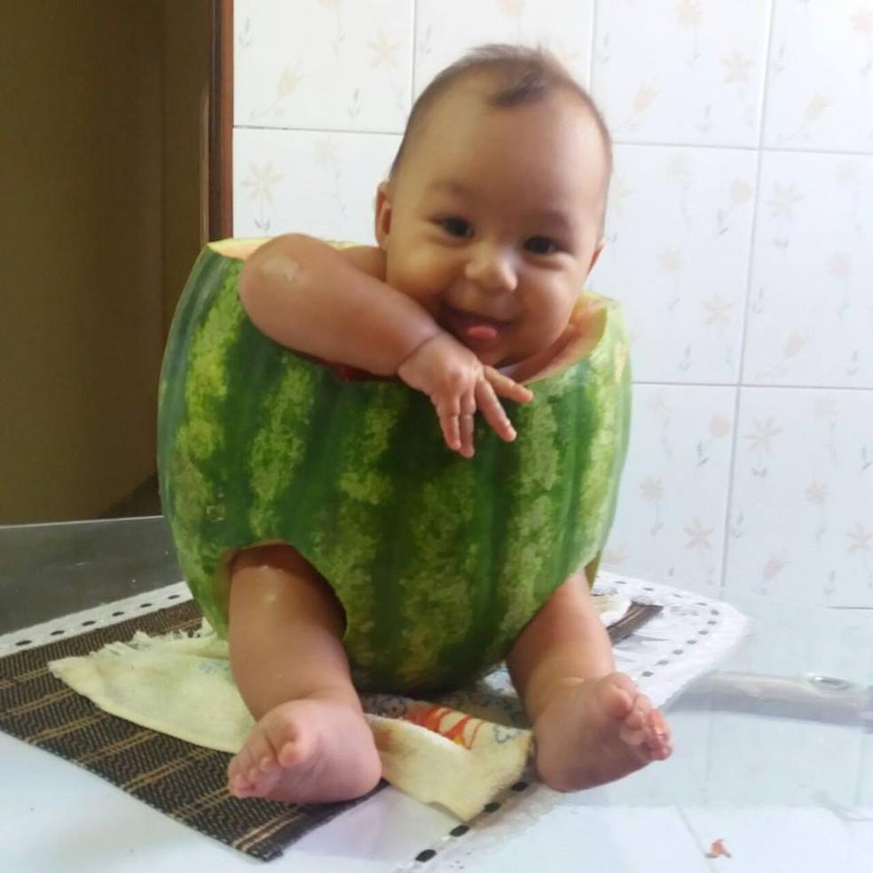 Bebê se sentiu à vontade dentro de melancia  (Foto: Arquivo Pessoal)