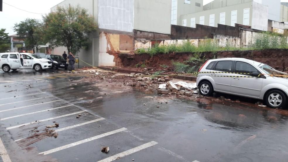 Desabamento de muro mata mulher em Brotas — Foto: Defesa Civil Brotas / Divulgação