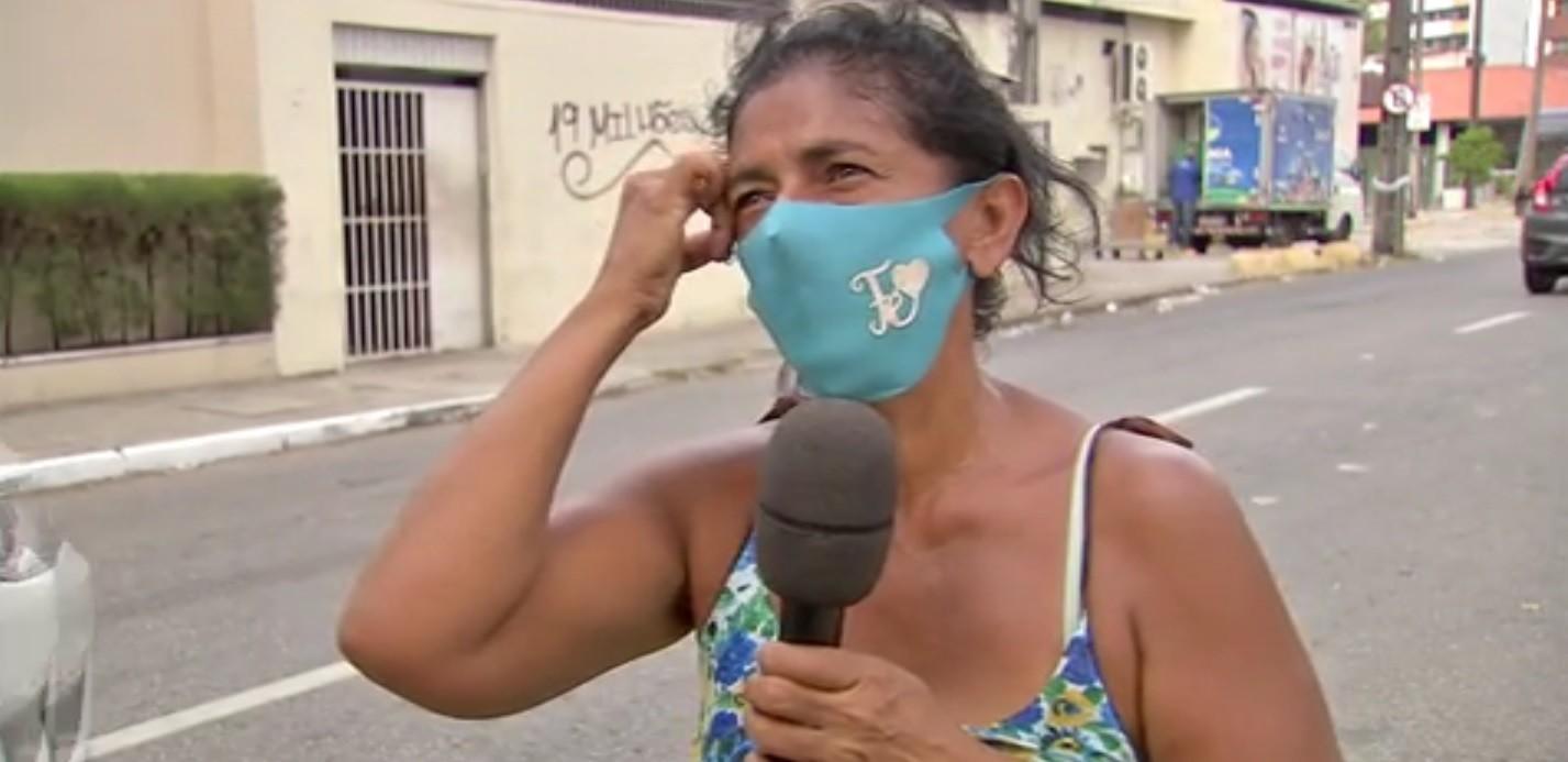 'Só tenho inveja de uma coisa: quando vejo uma pessoa vindo do trabalho', diz mulher que pega comida em caminhão de lixo em Fortaleza