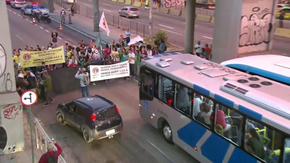 Rio de Janeiro, 6h20: grupo fecha a Avenida Brasil, em frente ao Into, no Caju — Foto: Reprodução/TV Globo