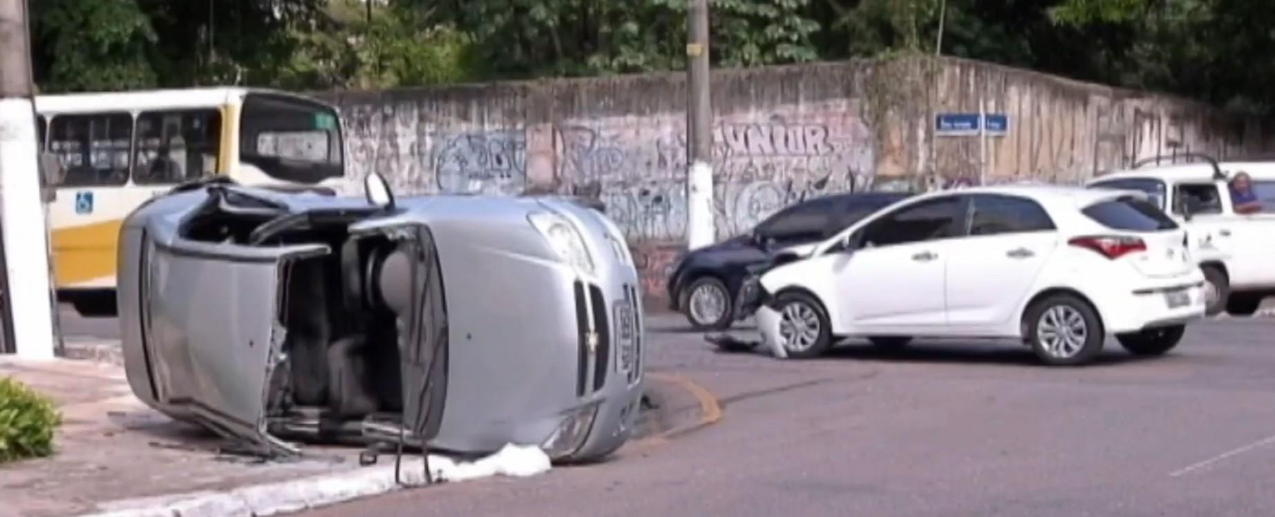 Acidente deixa carro capotado e fere uma pessoa no centro de Belém - Notícias - Plantão Diário