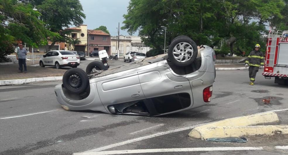 Carro capota após colisão com outro veículo na Pajuçara, Maceió (Foto: Thamires Ribeiro/G1)