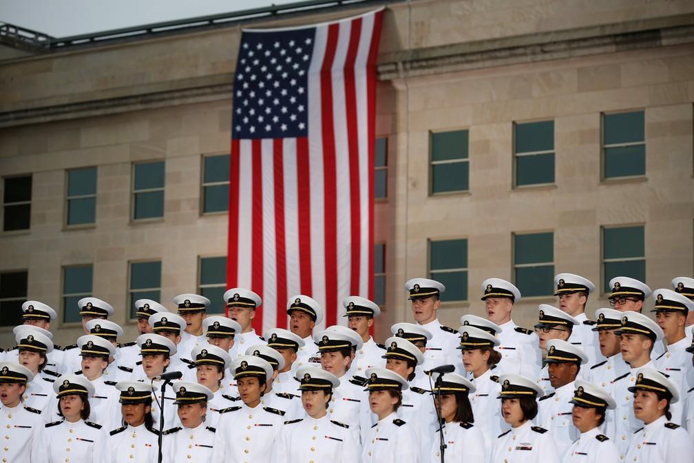 Funcionários da Marinha dos EUA se apresentam nesta terça em frente ao Pentágono, em Washington, em cerimônia que relembra os atentados terroristas de 11 de Setembro — Foto: Joshua Roberts/Reuters