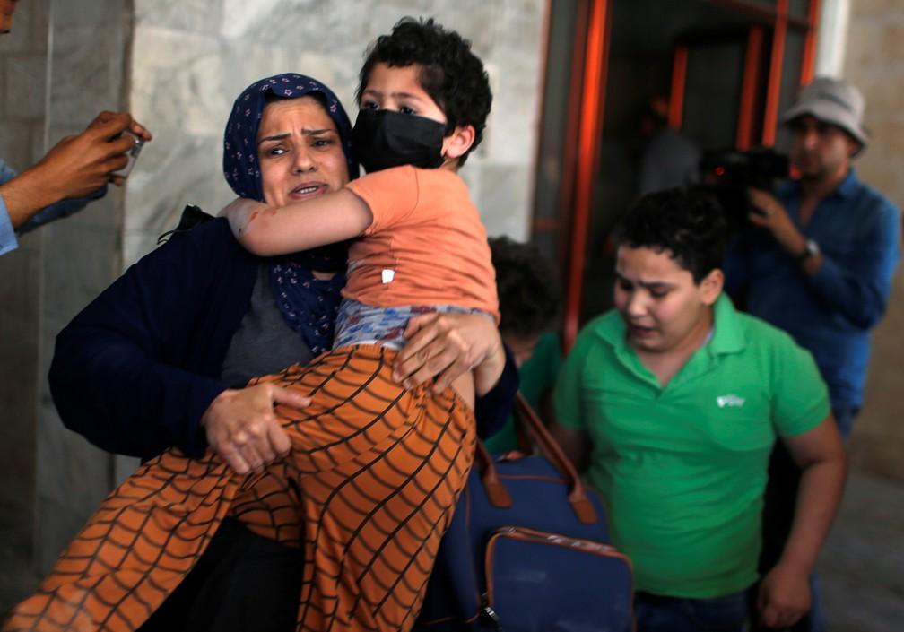 Palestinos são evacuados após um ataque aéreo israelense a um prédio na Cidade de Gaza, em 11 de maio   — Foto: Mohammed Salem/Reuters