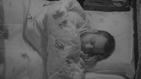 Paula, Breno, Jéssica, Diego e Kaysar dormem após noite de Paredão