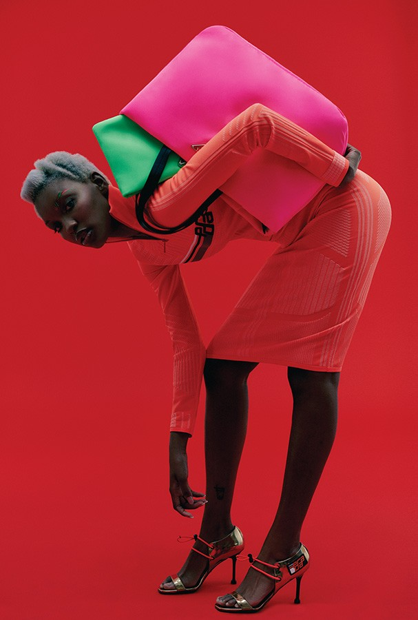 Agatha Fabiano usa vestido, bolsas, R$ 5.450 (rosa) e R$ 3.650 (verde), e sandálias, R$ 3.230, tudo Prada (Foto: Ivan Erick)