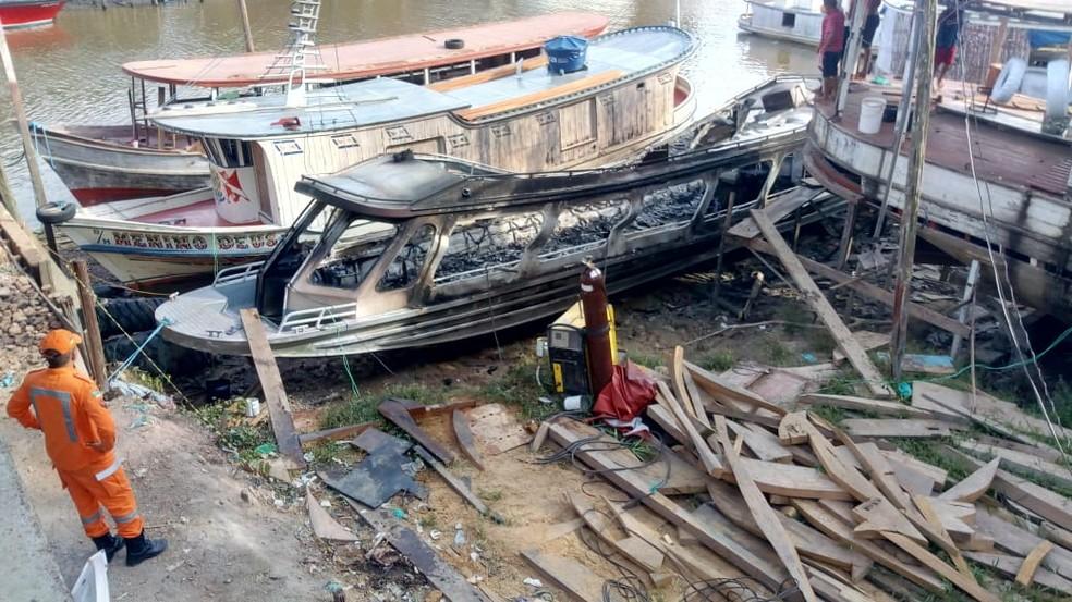 Embarcações ancoradas próximas à lancha não foram danificadas — Foto: John Pacheco/G1