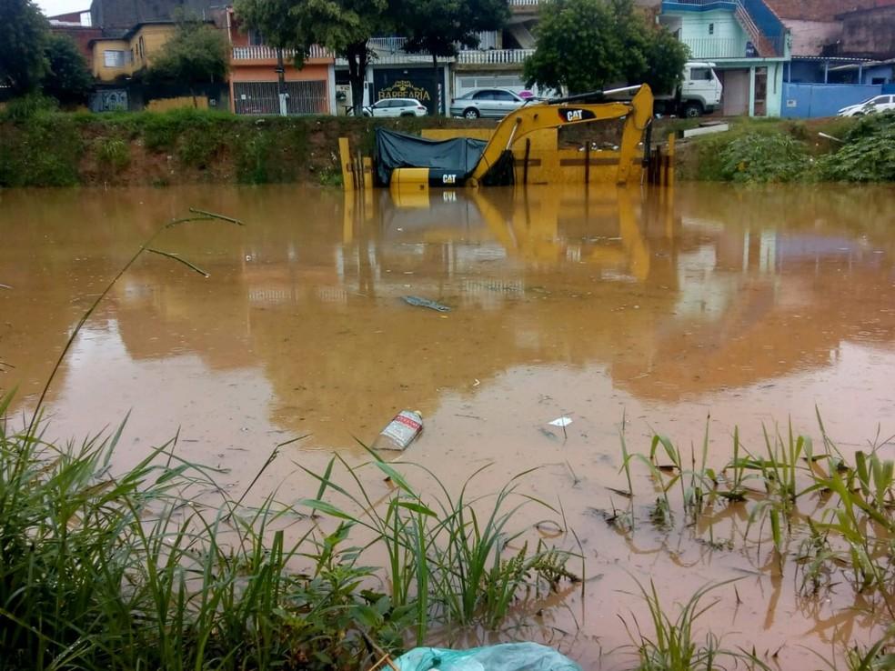 Máquinas e equipamentos da obra foram cobertos pela chuva que caiu no Jardim Baronesa nesta segunda-feira (10) — Foto: Arquivo Pessoal