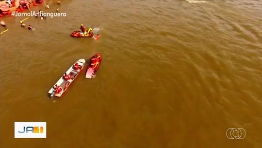 Bombeiros resgatam tripulantes de canoa que virou no Rio Araguaia