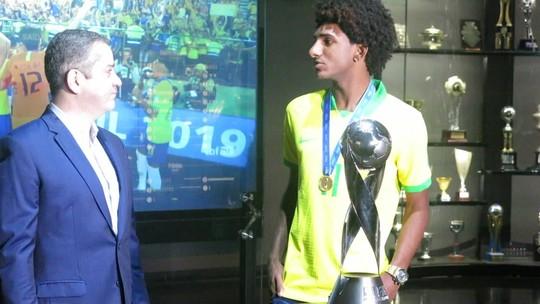 Talles Magno recebe medalha de campeão mundial sub-17 e diz que está perto de renovar com Vasco