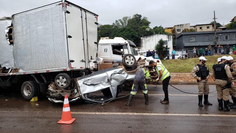 Carro de Thiago prensado debaixo de caminhão, no Anel Rodoviário — Foto: Danilo Girundi/ TV Globo