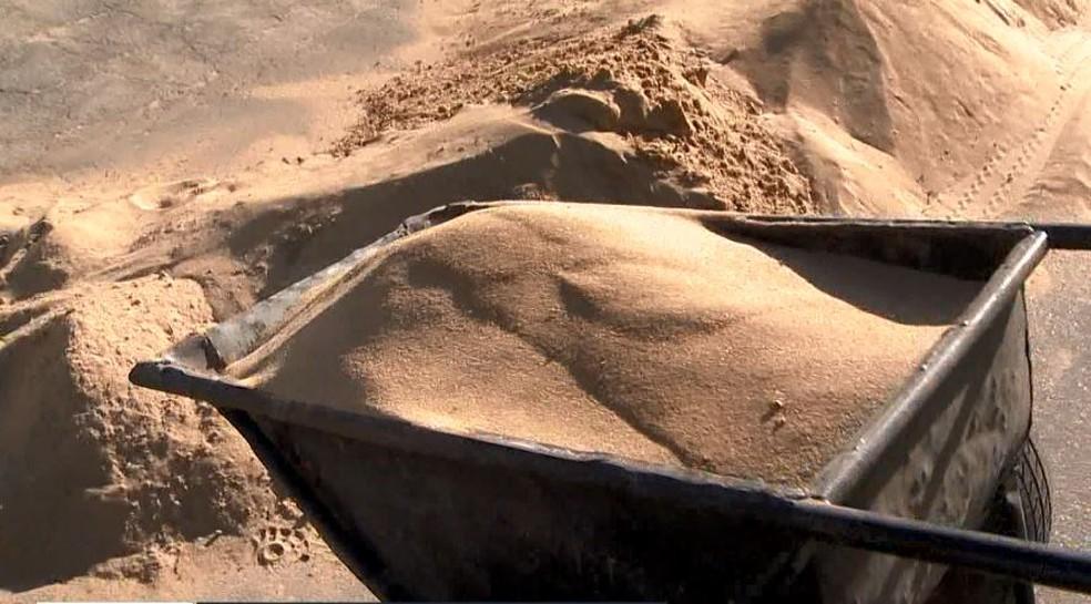 Carrinhos de mão ficaram cheios de areia durante o trabalho — Foto: Reprodução/ TV Gazeta