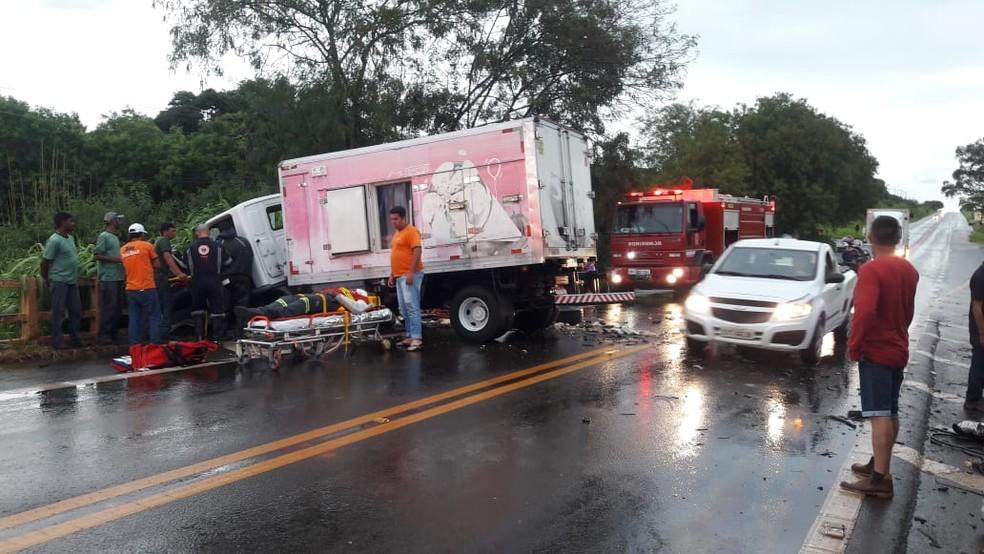 Caminhão cai em córrego após batida e motorista fica 'ilhado' até ser resgatado — Foto: Reprodução/Redes Sociais