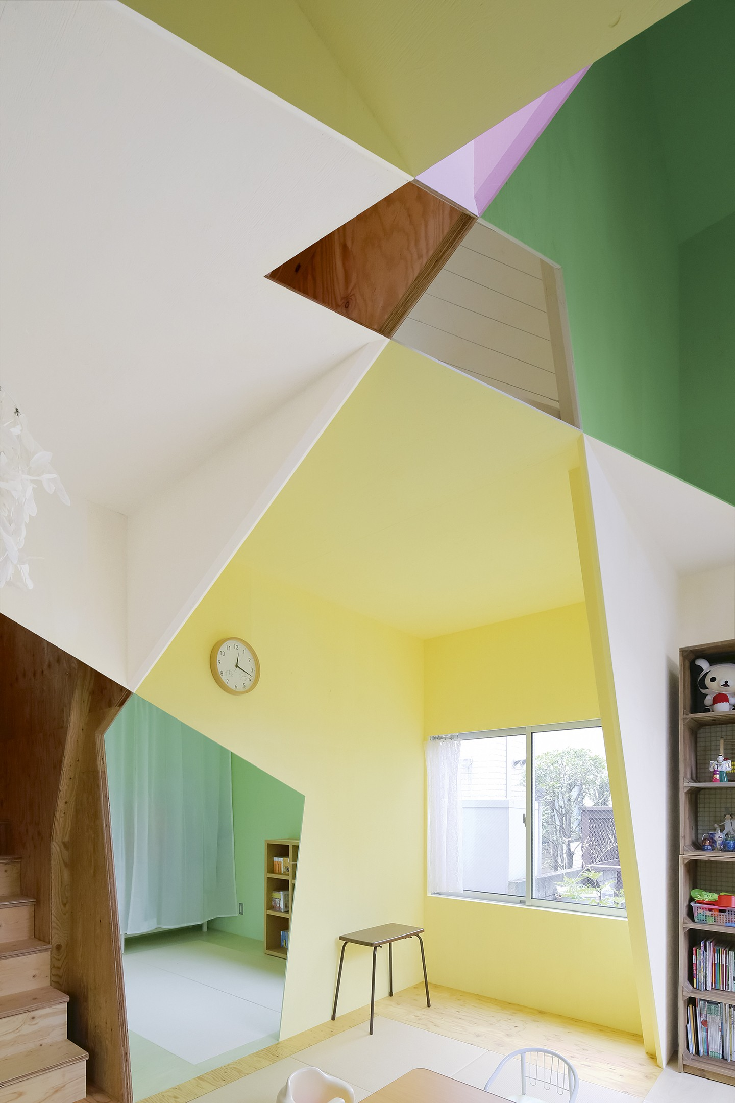 Casa de 79 m² em Tóquio surpreende com uso geométrico das cores (Foto: Kazuyasu Kochi/Divulgação)