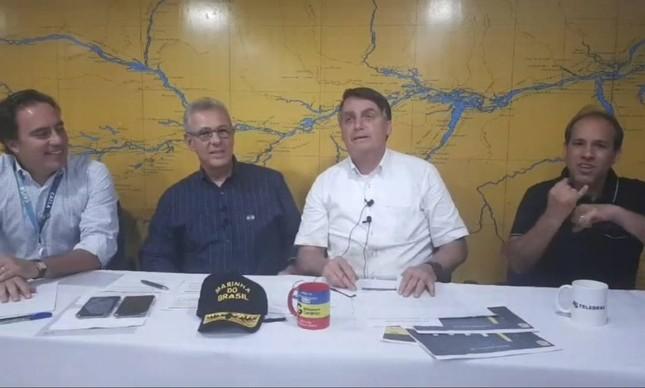 Bolsonaro faz transmissão ao vivo pela internet