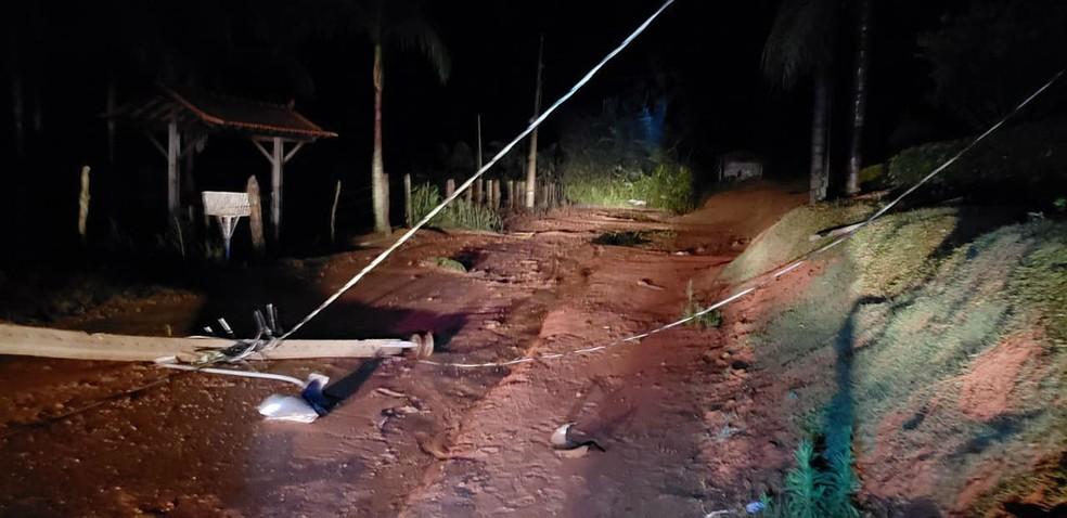 Postes também caíram na estrada que liga a localidade dos Costas ao Distrito de Senhora das Dores nesta segunda (6) (Foto: Corpo de Bombeiros/Divulgação)