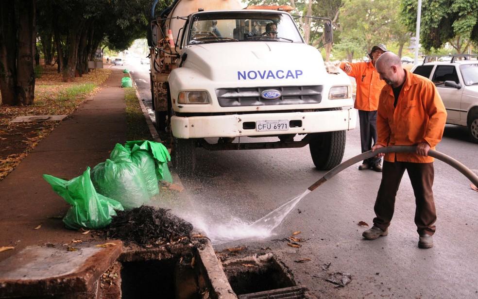 Funcionários da Novacap fazem limpeza de bueiros na Asa Sul, em Brasília (Foto: Renato Araújo/Agência Brasília/Divulgação)