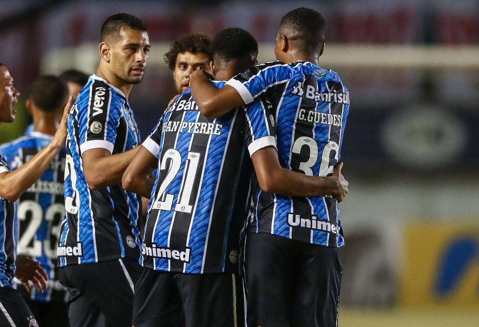 Guilherme Guedes abraça Jean Pyerre após gol de falta no Gre-Nal — Foto: Lucas Uebel / Grêmio FBPA