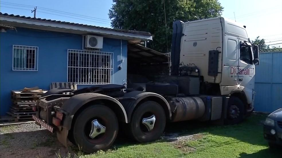Toda a droga estava na própria cabine do caminhão e seria descarregada no barracão em Sinop — Foto: TV Centro América/Reprodução