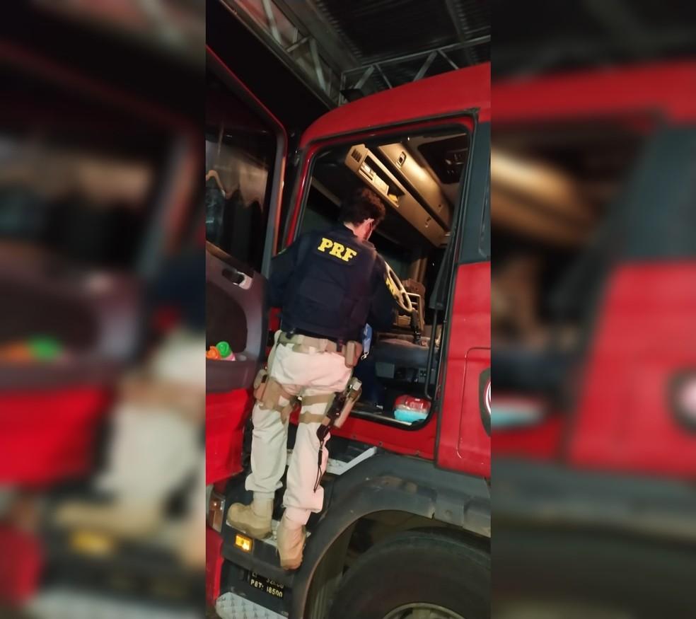 Caminhoneiro é preso após ser flagrado bebendo caipirinha na BR-153, entre Jaci (SP) e Bady Bassitt (SP) — Foto: Polícia Rodoviária Federal/Divulgação