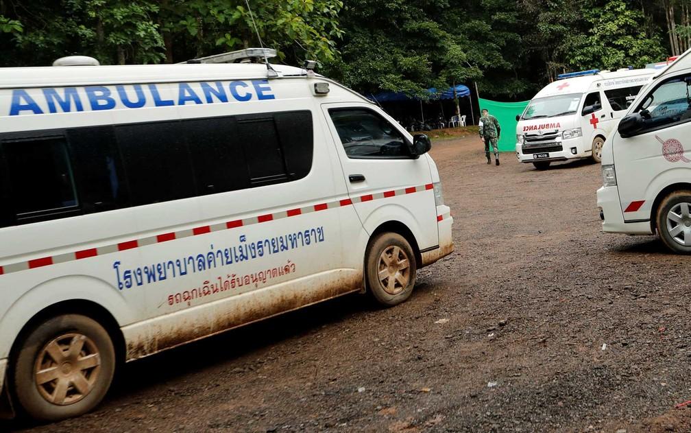 Ambulâncias estão de prontidão na área da caverna (Foto: Tyrone Siu / Reuters)