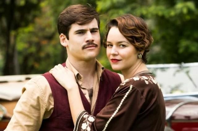 Nicolas Prattes e Joana de Verona são Alfredo e Adelaide em 'Éramos seis' (Foto: TV Globo)