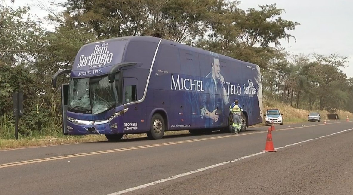 Michel Teló tranquiliza fãs após acidente com ônibus da banda em Pereira Barreto, SP