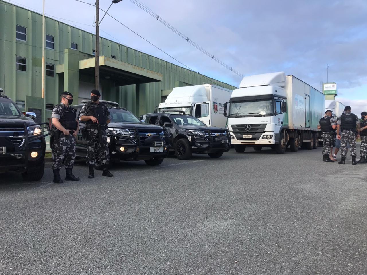 Caminhões levam carregamento de mais de dois milhões de insumos para aplicação vacina contra a Covid-19 nas cidades do interior do Paraná
