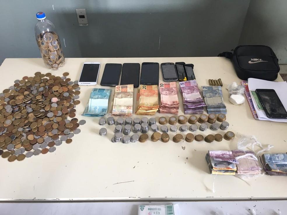 Também foram apreendidos celulares e dinheiro fracionado — Foto: Polícia Militar/Divulgação